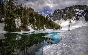 голубой лёд на зимней речке