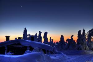 красивый зимний закат у домика под снегом