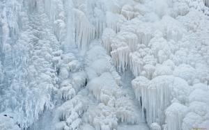все покрыто белым льдом и сосульками