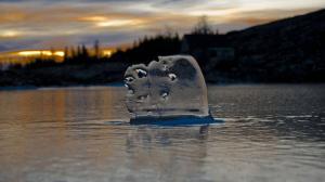 льдинка на весенней речке